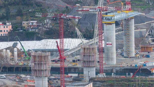 """Pont de Gênes : un """"modèle"""" de reconstruction érigé en """"symbole"""" italien . Pont-genes-premier-troncon-cote-est-est-pose_620x350"""